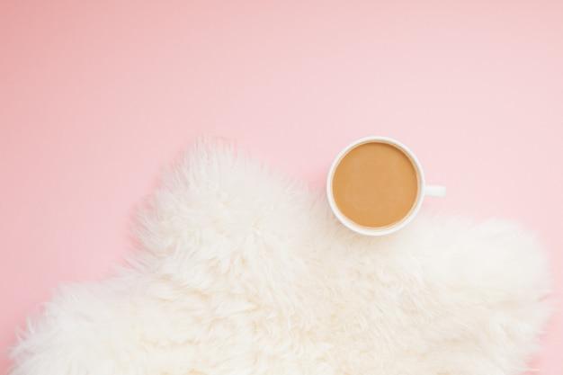 Kopje koffie met melk op roze
