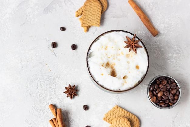 Kopje koffie met melkschuim versierd met anijsster en kaneel. levensstijl en koffie concept.