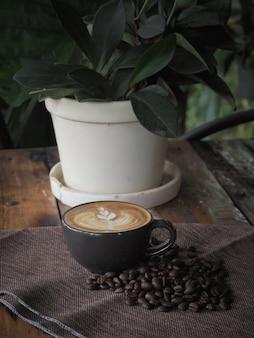 Kopje koffie met mooie latte art. koffiekopje met latte art op de houten tafel.
