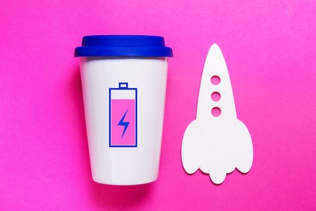 Kopje koffie met opgeladen batterij, hoog energieconcept