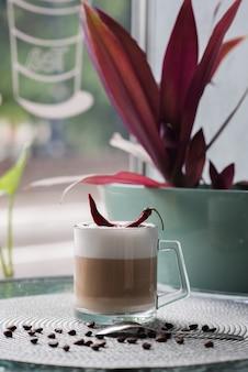 Kopje koffie met peper op de salontafel in de cafetaria