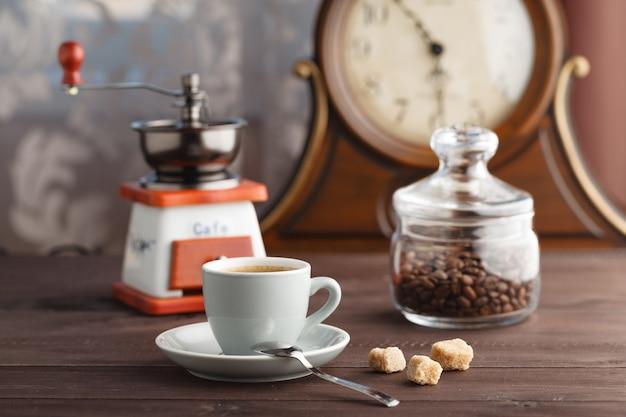 Kopje koffie met pot met koffiebonen