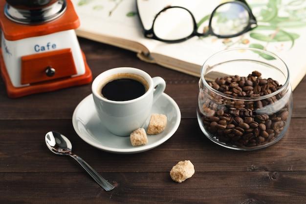 Kopje koffie met pot met koffiebonen Premium Foto