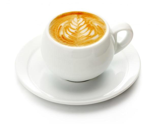 Kopje koffie met room geïsoleerd op wit