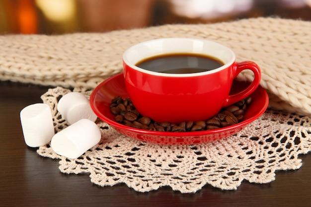 Kopje koffie met sjaal op tafel in de kamer