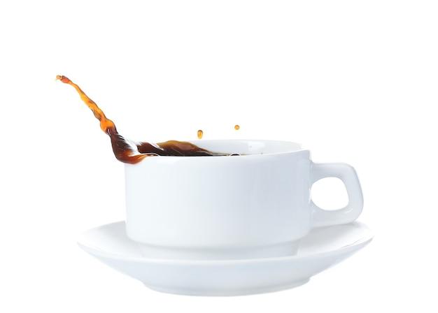 Kopje koffie met splash, geïsoleerd op wit