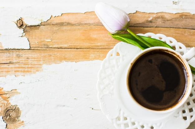 Kopje koffie met tulpenbloem