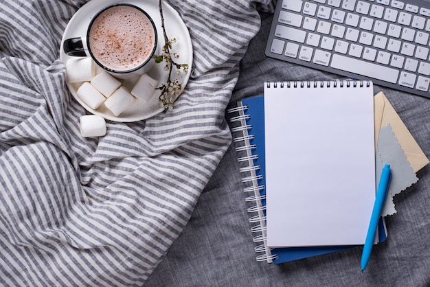 Kopje koffie of cacao op het bed
