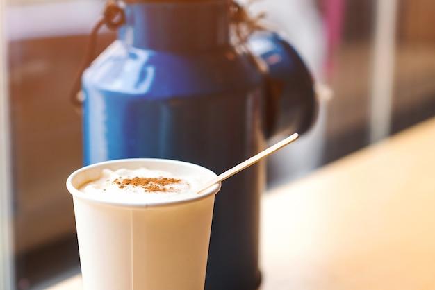 Kopje koffie om op tafel te gaan met latte. straatkoffie. warme koffiekopje in coffeeshop.