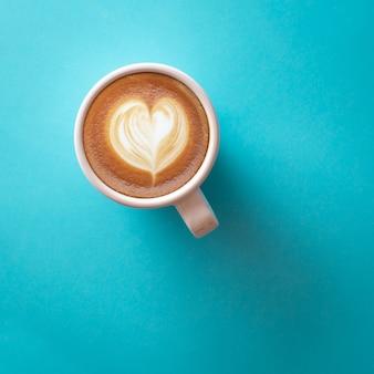 Kopje koffie op blauw