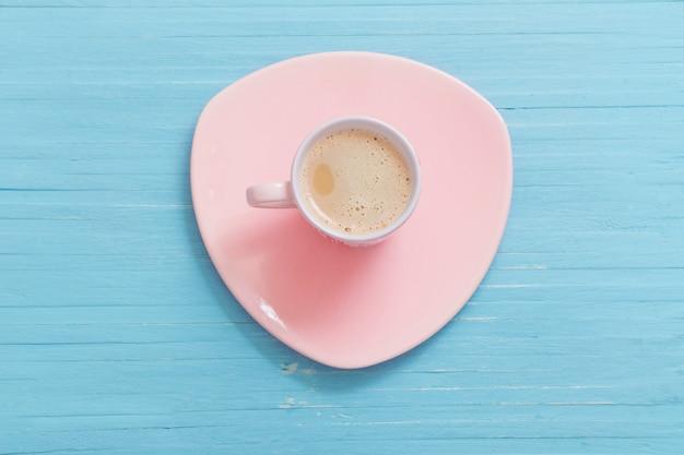 Kopje koffie op blauwe houten tafel