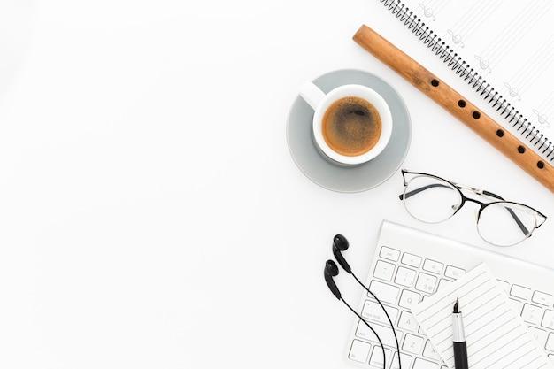 Kopje koffie op bureau