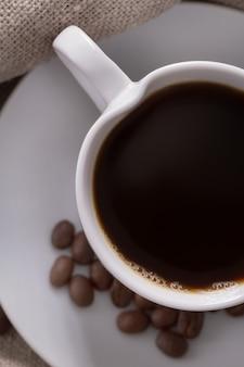 Kopje koffie op de achtergrond van plundering.