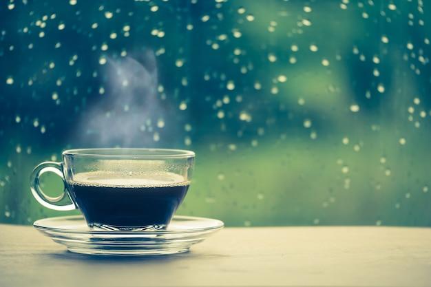 Kopje koffie op de tafel in het raam
