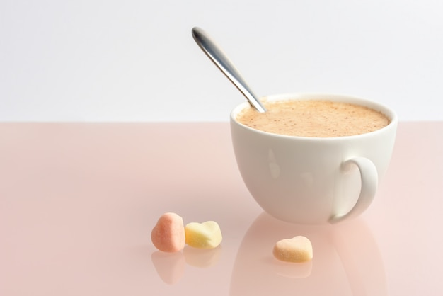 Kopje koffie op de tafel.