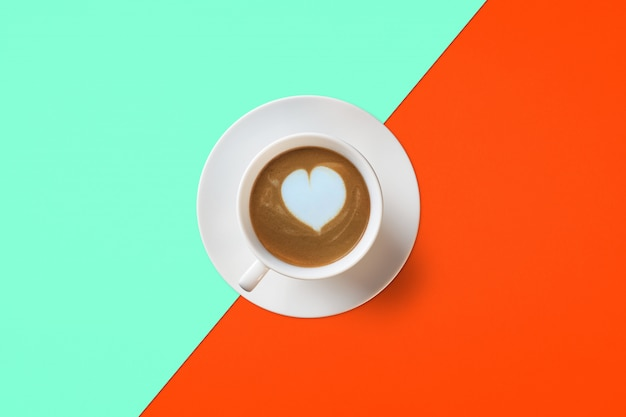 Kopje koffie op een achtergrond van lush lava en aqua menthe kleur