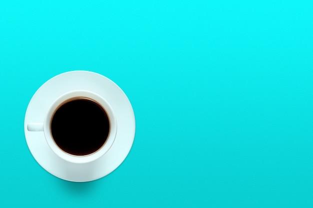Kopje koffie op een achtergrond van turquoise kleur