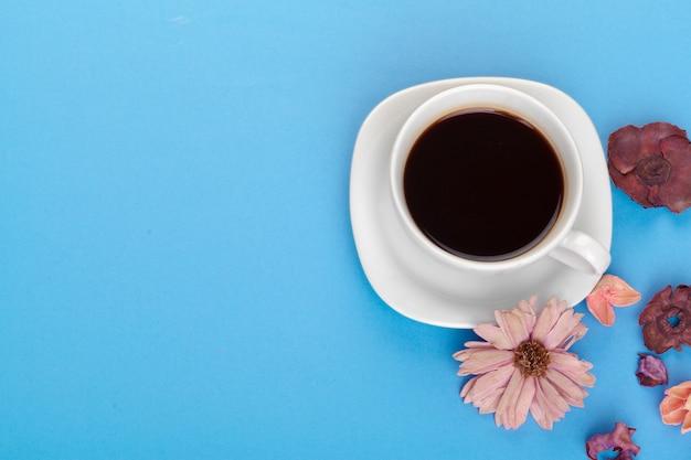 Kopje koffie op een blauwe tafel