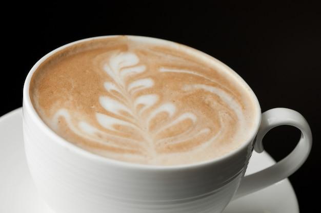 Kopje koffie op een donkere achtergrond