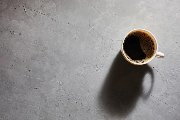 Kopje koffie op een grijze bovenaanzicht als achtergrond. copyspace