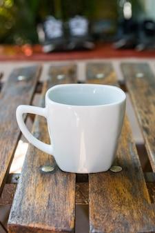 Kopje koffie op een houten tafel in rio de janeiro, brazilië.