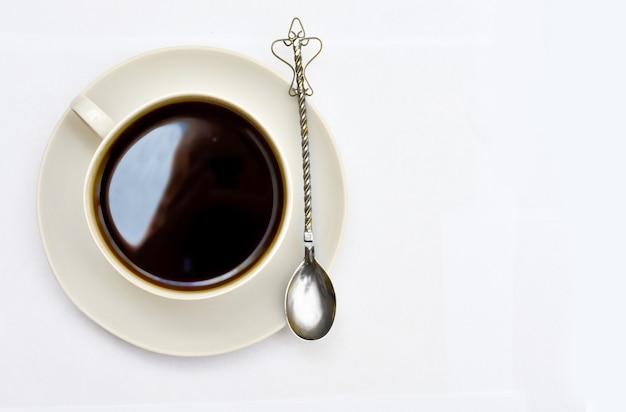Kopje koffie op een schoteltje met een lepel. bovenaanzicht.