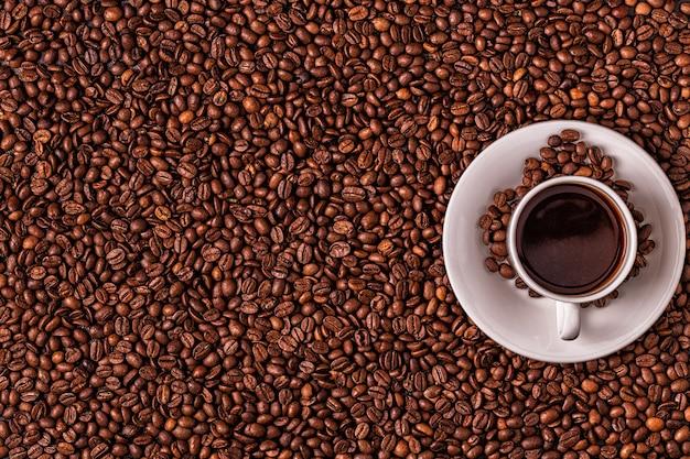 Kopje koffie op een stapel koffiebonen