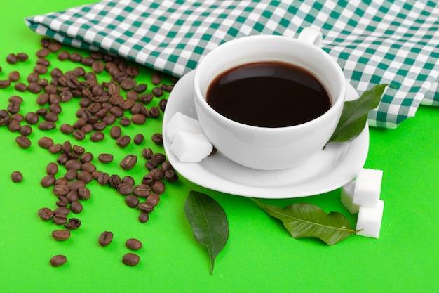Kopje koffie op groen.