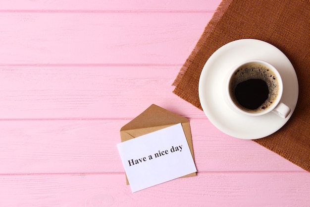 Kopje koffie op houten achtergrond bovenaanzicht goedemorgen fijne dag nog