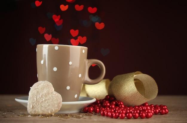 Kopje koffie op houten tafel op heldere bokeh backdground