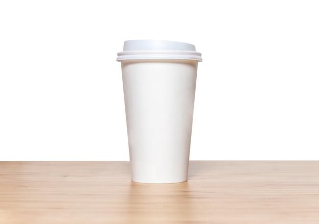 Kopje koffie op houten tafel op witte achtergrond.