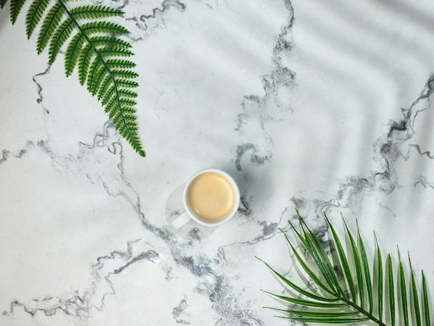 Kopje koffie op marmeren tafel - bovenaanzicht