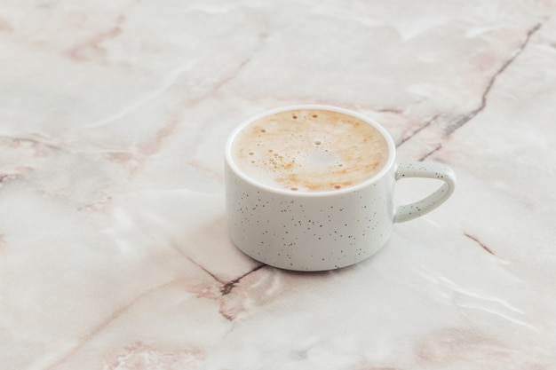 Kopje koffie op marmeren tafel