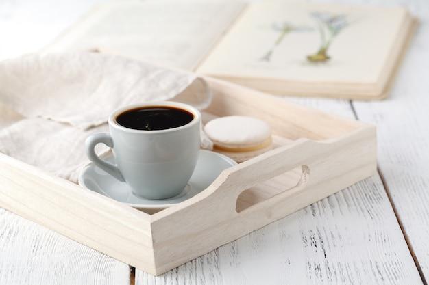 Kopje koffie op rustieke houten dienblad