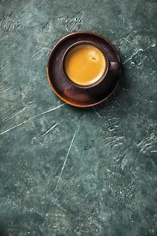 Kopje koffie op rustieke tafel