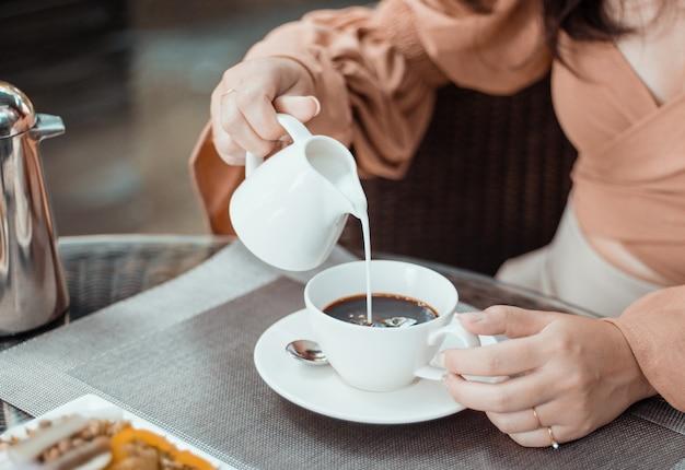 Kopje koffie op tafel in café. 's ochtends koffie, warme koffie drinken en genieten van een ontspannen ochtendstemming