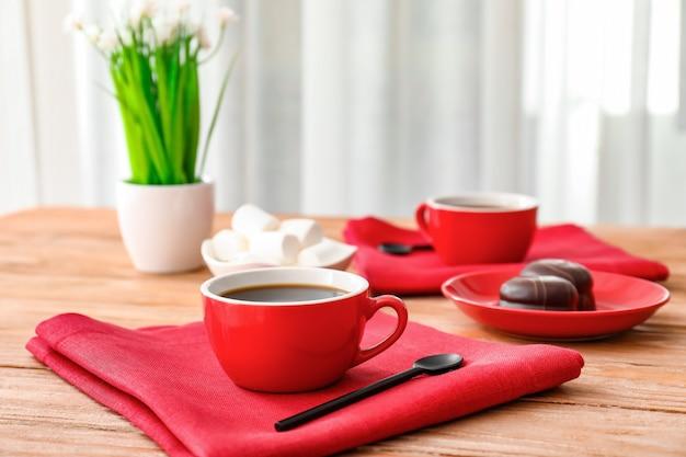 Kopje koffie op tafel in café