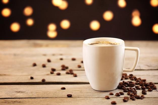 Kopje koffie op tafel op bruin oppervlak