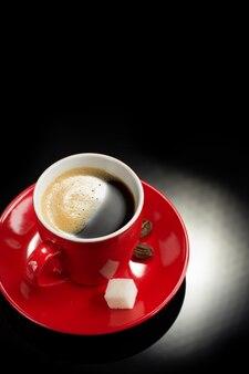 Kopje koffie op zwart