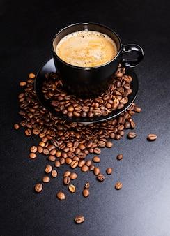 Kopje koffie op zwart.