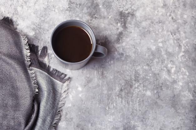 Kopje koffie over grijze betonnen tafel