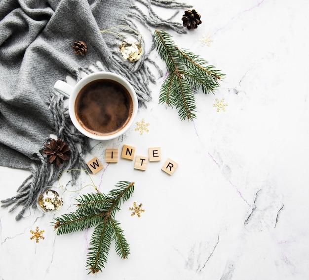 Kopje koffie, sjaal en decoraties