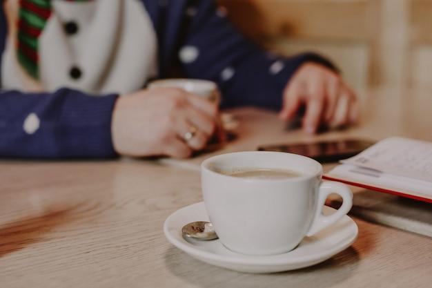 Kopje koffie staat op tafel in het café