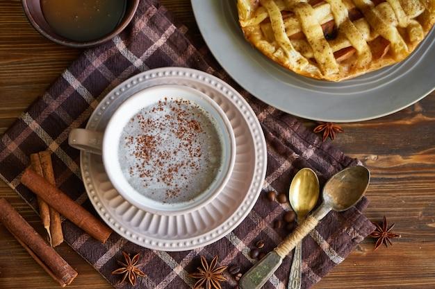 Kopje koffie, zelfgemaakte perziktaart, koffiebonen op houten ochtendontbijt