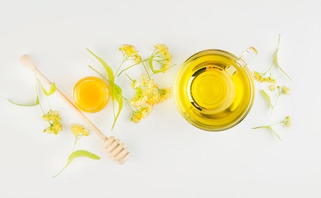 Kopje kruidenthee en honing op tafel