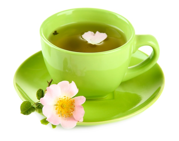 Kopje kruidenthee met hip roze bloem, geïsoleerd op wit
