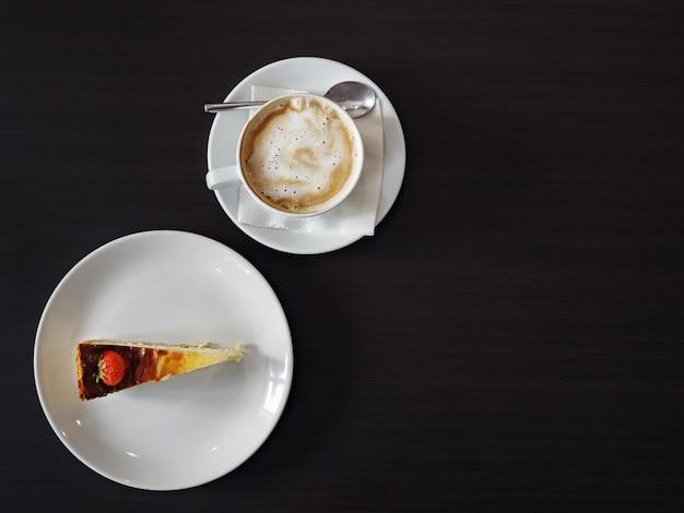 Kopje latte koffie met cheesecake, kopieer ruimte