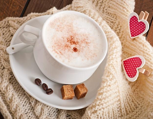 Kopje latte op de oude houten tafel