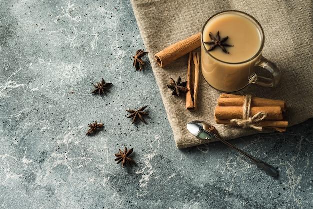 Kopje masala thee met kaneel en steranijs
