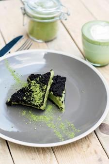 Kopje matcha groene thee, cake en ijs